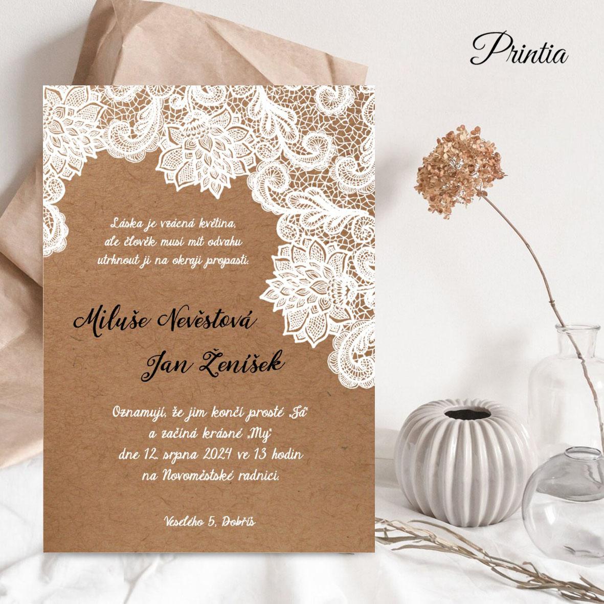 Rustik svatební oznámení s bílou krajkou na kraftovém podkladu