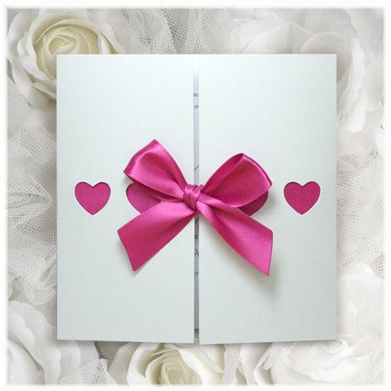 Svatební přání s růžovou mašlí a výřezy srdcí