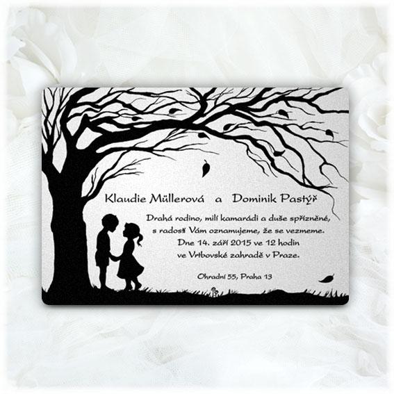 Svatební oznámení pár pod stromem