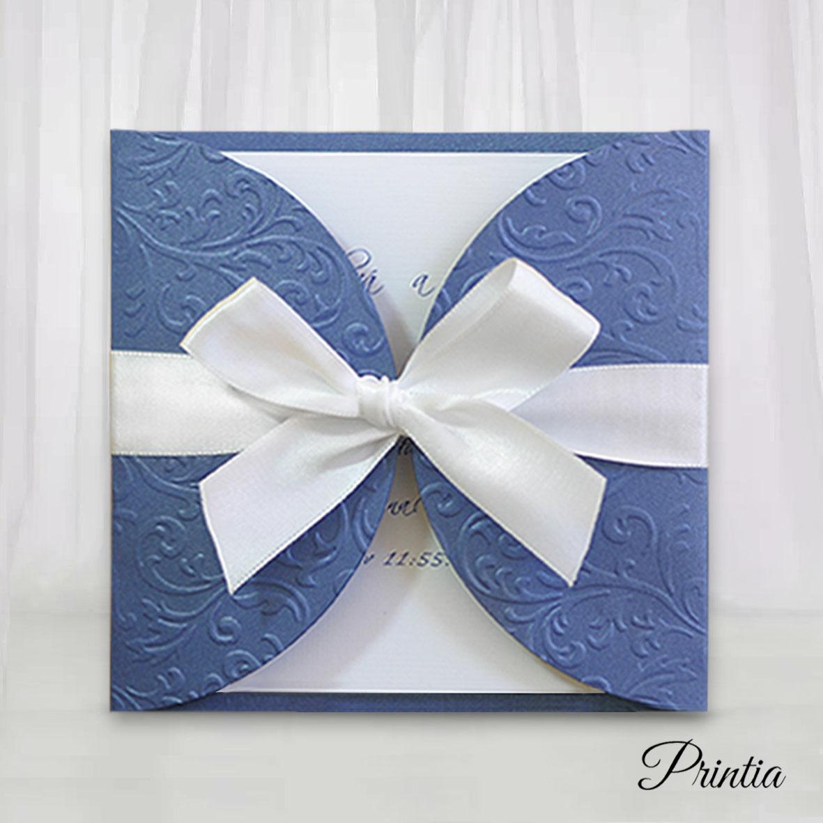 Tmavě modré svatební oznámení s vystouplými ornamenty převázané mašlí