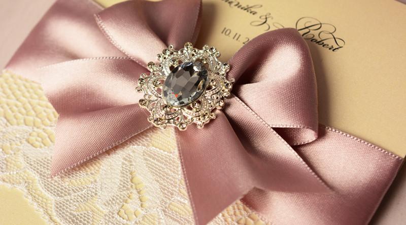 luxusní svatební oznámení krajkové s broží